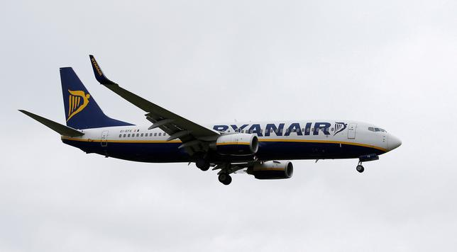 FILE PHOTO: A Ryanair aircraft lands at Manchester Airport in Manchester, Britain, May 26, 2015.  REUTERS/Andrew Yates/File Photo