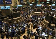 Wall Street a terminé en légère baisse mardi, après un long week-end de trois jours, alourdie par les secteurs financier et de l'énergie et après une série d'indicateurs mitigés à un peu plus de deux semaines de la réunion de la Réserve fédérale. L'indice Dow Jones a perdu 50,81 points, soit 0,24%, à 21.029,47. /Photo d'archives/REUTERS/Brendan McDermid
