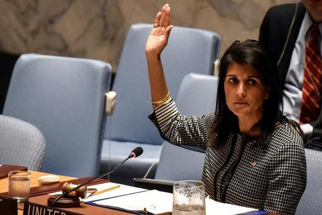 5月30日、ヘイリー米国連大使(写真)は、国連安全保障理事会の対北朝鮮追加制裁をどの時点で提案するかを巡り、中国と協議していることを明らかにした。4月撮影(2017年 ロイター/Stephanie Keith)