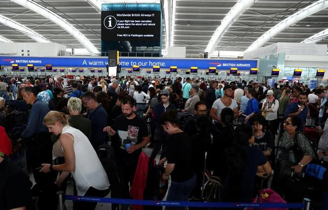5月30日、システム障害のためロンドンのヒースロー、ガトウィック両空港の出発便を全便欠航した英航空大手ブリティッシュ・エアウェイズ(BA)は、30日から平常通りの運航に戻った。ヒースロー空港のBAのチェックインカウンターで撮影(2017年 ロイター/Neil Hall)