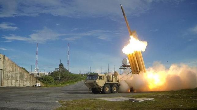 5月31日、韓国青瓦台(大統領府)は、国防省が新型迎撃ミサイルTHAAD(サード)の発射台4基の追加搬入を報告していなかった件について、「故意に省略した」との見方を示した。写真はTHAADの発射テスト。提供写真(2017年 ロイター/U.S. Department of Defense, Missile Defense Agency/Handout via Reuters)