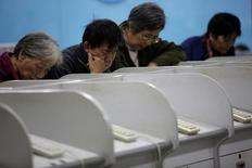 Investitori cinesi in un'agenzia di brokeraggio a Shanghai. REUTERS/Aly Song