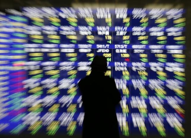 5月31日、東京株式市場で日経平均は小幅に4日続落した。前日の米国株安に加え、為替が1ドル110円台後半と円高基調を続けたことが相場の重しとなった。指数は押し目買いで下げ渋る動きをみせたものの、プラス転換には至らず、後場は安値圏でもみ合いを続けた。TOPIXも反落だった。写真は都内の株価ボード。2014年1月撮影(2017年 ロイター/Issei Kato)