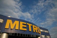 Le distributeur allemand Metro a subi au premier trimestre 2017 une perte inattendue dans ses activités d'électronique grand public, qu'il prévoit de séparer prochainement de ses opérations dans l'alimentaire dans le cadre de son projet de scission en deux entités indépendantes. /Photo d'archives/REUTERS/Valentyn Ogirenko