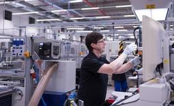 Le taux de chômage a baissé en mai pour toucher un nouveau creux, selon des données officielles publiées mercredi, un signe supplémentaire de la vigueur du marché du travail dans la première économie d'Europe. /Photo prise le 22 mai 2017/REUTERS/Matthias Rietschel