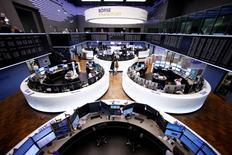 Зал фондовой биржи во Франкфурте-на-Майне 1 марта 2017 года. Европейские фондовые индексы не демонстрируют заметных изменений в начале торгов среды на фоне падения акций горнорудного сектора и солидного роста бумаг Ericsson.  REUTERS/Ralph Orlowski