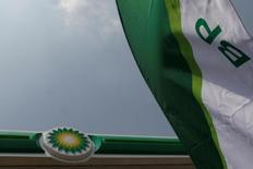 Логотип BP logo на завправке в пригороде Мехико 9 марта 2017 года. ВР планирует в июне подписать контракт о продлении добычи нефти на крупнейшем в стране блоке месторождений Азери-Чираг-Гюнешли с 2024 по 2050 год, сказал в среду журналистам региональный президент компании BP по Азербайджану, Грузии и Турции Гари Джонс. REUTERS/Carlos Jasso