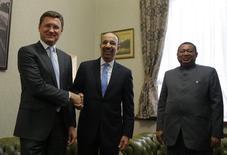 Министр энергетики РФ Александр Новак (слева), министр энергетики Саудовской Аравии Халид аль-Фалих (в центре) и глава ОПЕК Мохаммед Баркиндо на встрече в Москве 31 мая 2017 года. Страны-члены Организации нефтеэкспортёров (ОПЕК) и не входящие в группу производители верны цели снизить запасы сырья до среднего уровня за пять лет, сказал в среду министр энергетики Саудовской Аравии Халид аль-Фалих. Maxim Shemetov/Reuters