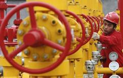 Рабочий на месторождении PetroChina в Гуанъане, Китай 7 декабря 2007 года. Туркмения планирует увеличить экспорт газа в Китай в нынешнем году до 38 миллиардов кубометров с 35 миллиардов в 2016-м, сказал в среду глава госконцерна Туркменгаз Мырат Арчаев.  REUTERS/Stringer