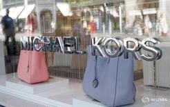 Логотип Michael Kors на магазине компании в Цюрихе 23 июня 2016 года. Производитель сумок Michael Kors Holdings Ltd в среду обнародовал разочаровывающий годовой прогноз и сообщил, что закроет свыше 100 розничных магазинов в ближайшие два года. REUTERS/Arnd Wiegmann/File Photo
