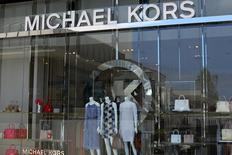 Michael Kors Holdings a annoncé mercredi la fermeture de plus d'une centaine de magasins dans les deux prochaines années après avoir essuyé une perte au quatrième trimestre et fait état de prévisions moroses pour l'ensemble de l'année. /Photo prise le 17 mai 2017/REUTERS/Mike Blake