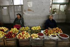 Продавщицы на рынке в Ереване 31 октября 2009 года. Центробанк Армении повысил прогноз инфляции в 2017 году до нижнего порога диапазона допустимых колебаний, то есть до2,5 процента с 0,6 процента ранее, сообщил ЦБ. REUTERS/David Mdzinarishvili