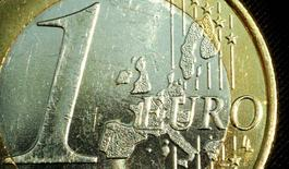 """Un budget commun, un ministre pour le gérer et des obligations ressemblant fort à des """"eurobonds"""" figurent parmi les pistes de réflexion suggérées mercredi par la Commission européenne (CE) pour renforcer l'intégration de la zone euro après la sortie du Royaume-Uni de l'Union européenne en 2019. /Photo d'archives/REUTERS/Peter Macdiarmid"""