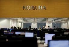 Après la banque d'affaires américaine Goldman Sachs, un autre établissement financier, la banque japonaise d'investissement Nomura est à son tour prise dans une controverse sur l'achat d'obligations vénézuéliennes. /Photo d'archives/REUTERS/Toru Hanai