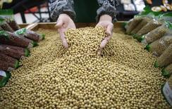 Funcionário escolhe grãos de soja em supermercado em Wuhan, na província de Hubei 14/04/2014 REUTERS/Divulgação