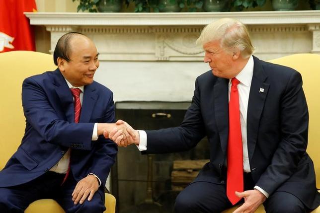 5月31日、トランプ米大統領(右)は、ベトナムのフック首相(左)とホワイトハウスで会談し、米企業との間で数十億ドル規模の契約が成立したことを歓迎した。ワシントンで撮影(2017年 ロイター/Jonathan Ernst)