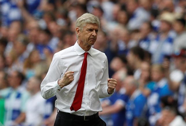 5月31日、サッカーのイングランド・プレミアリーグ、アーセナルとの契約を延長したアーセン・ベンゲル監督は、来季に向けて改めて決意を明かした。ロンドンで27日撮影(2017年 ロイター/Darren Staples)