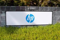 Hewlett Packard Entreprise a fait état mercredi d'une forte baisse du chiffre d'affaires de sa principale division, celle qui vend des serveurs ainsi que des équipements réseaux et stockage de données aux entreprises, en raison, entre autres, d'une demande atone, d'une vive concurrence et d'un dollar fort. Dans des échanges d'après-Bourse, le titre HPE reculait de 2,4%. /Photo d'archives/REUTERS/Mike Blake