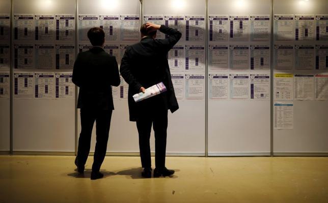 6月1日、韓国の文在寅(ムン・ジェイン)大統領が設立した雇用委員会は1日、雇用および福利厚生に関する予算を確保するため、幅広い増税が必要との見方を示した。特に富裕層に対する増税が有力という。写真は求人情報を見る男性ら。ソウルで4月撮影(2017年 ロイター/Kim Hong-Ji)