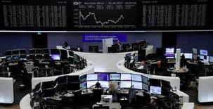 """Фондовая биржа Франкчурта-на-Майне. Укрепление акций крупных компаний-экспортеров из числа """"голубых фишек"""" помогло британскому фондовому индексу вернуться к историческому максимуму в четверг и превзойти по динамике другие европейские рынки, оказавшиеся под давлением банковских бумаг. REUTERS/Staff/Remote"""
