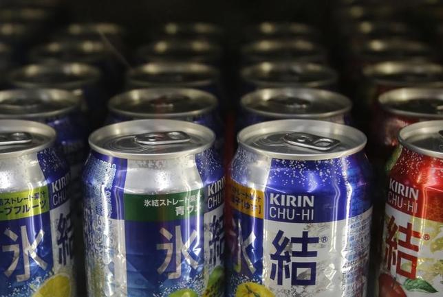 6月1日、キリンホールディングスは2017年12月期の利益見通しを上方修正すると発表した。都内の酒屋で2013年1月撮影(2017年 ロイター/Issei Kato)