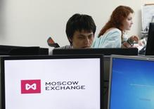 Employees work on the floor of the Moscow Exchange June 3, 2014. Russia's largest lenders, Sberbank and VTB, are likely to lead a decline in Moscow shares on August 1, 2014, after being hit by sanctions, with a slump in U.S. markets on global economy concerns and tensions with Russia also weighing. Picture taken June 3, 2014. REUTERS/Sergei Karpukhin (RUSSIA - Tags: BUSINESS POLITICS)