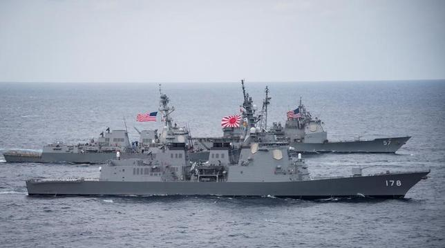 6月1日、海上自衛隊と航空自衛隊は、日本海に展開中の米海軍の原子力空母2隻と共同訓練を始めた。写真は海上自衛隊の護衛艦「あしがら」(手前)。提供写真。4月撮影(2017年 ロイター/Handout via REUTERS)