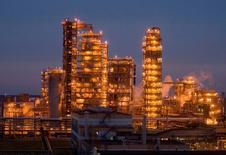 An oil refinery is seen near the town of Mozyr, some 300 km (186 miles) southeast of Minsk, November 17, 2009.    REUTERS/Vasily Fedosenko/File Photo