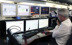 Un operatore di borsa al lavoro  REUTERS/Alessandro Garofalo