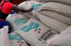Trabalhadores carregam sacas de 60 kg de café em contêiner no porto de Santos, Brasil 10/12/2015 REUTERS/Paulo Whitaker