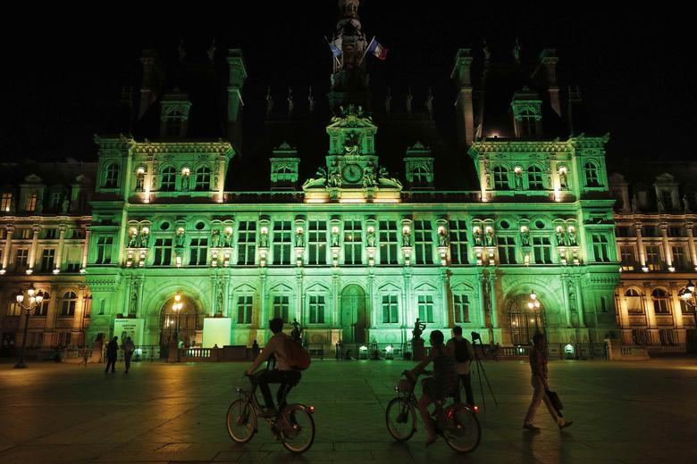 Green lights are projected onto the facade of the Hotel de Ville in Paris, France, after U.S. President Donald Trump announced his decision that the United States will withdraw from the Paris Climate Agreement at a news conference  June 1, 2017. REUTERS/Philippe Wojazer
