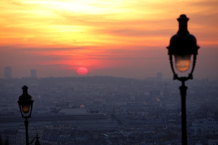 资料图片:2016年12月,法国巴黎一个薄雾笼罩的清晨。REUTERS/Gonzalo Fuentes
