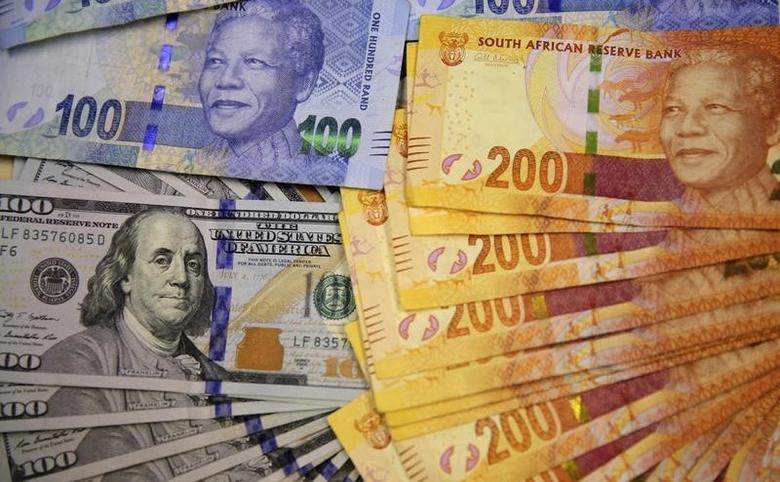 资料图片:2014年8月,南非约翰内斯堡,南非兰特和美元纸币。REUTERS/Siphiwe Sibeko