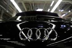 Audi à suivre à Francfort. Le gouvernement allemand a ordonné jeudi le rappel de 24.000 modèles A7 et A8 d'Audi, accusant le constructeur bavarois, filiale de VW, d'avoir faussé les tests d'émissions polluantes de ses véhicules les plus chers. /Photo d'archives/REUTERS/Imelda Medina