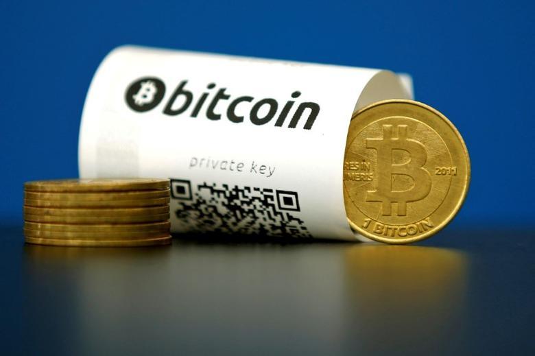资料图片:附有QR二维码的比特币钱包和模型币。REUTERS/Benoit Tessier