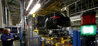 Les immatriculations de voitures neuves ont augmenté de près de 13% en mai en Allemagne grâce surtout à deux jours ouvrables supplémentaires par rapport au même mois de 2016, a dit vendredi à Reuters une source industrielle. /Photo d'archives/REUTERS/Kai Pfaffenbach