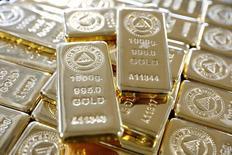 Золотые слитки. Цены на золото упали до минимумов недели в пятницу, на фоне роста рынка акций и укрепления доллара после публикации хороших данных о занятости в частном секторе США, которые могут увеличить шансы на повышение ставки в июне.  REUTERS/Umit Bektas