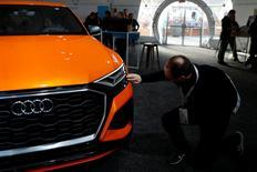 Les procureurs de Munich ont déclaré vendredi avoir élargi leur enquête sur Audi, filiale haut de gamme de Volkswagen, afin d'examiner les ventes de voitures du constructeur en Allemagne et ailleurs en Europe en raison de soupçons de tricherie sur les tests d'émissions polluantes. /Photo prise le 18 mai 2017/REUTERS/Stephen Lam