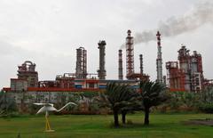 НПЗ Essar Oil в Вадинаре, Индия. Покупка Роснефтью вместе с партнёрами индийской Essar Oil за $13 миллиардов должна быть закрыта в июне, задерживается из-за долгов Essar перед кредиторами Индии, сказала в пятницу глава State Bank of India.  REUTERS/Amit Dave