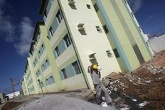 Funcionário passa por construção de prédios do programa Minha Casa Minha Vida, em Olinda. 07/05/2010 REUTERS/Bruno Domingos