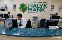 Офис Халык-банка в Алма-Ате. Основные участники сделки о покупке казахстанским Халык-банком Казкоммерцбанка подписали в пятницу рамочное соглашение, сообщил Национальный банк Казахстана. REUTERS/Shamil Zhumatov