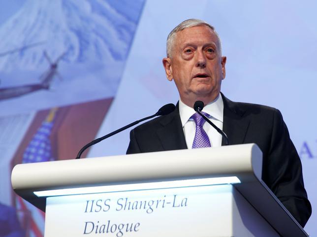 6月3日、米国のマティス国防長官(写真)はシンガポールで開かれているアジア安全保障会議(シャングリラ対話)で講演し、北朝鮮の核やミサイル開発抑制に向けた中国の努力を評価した。写真は同会議で発言する国防長官(2017年 ロイター/Edgar Su)