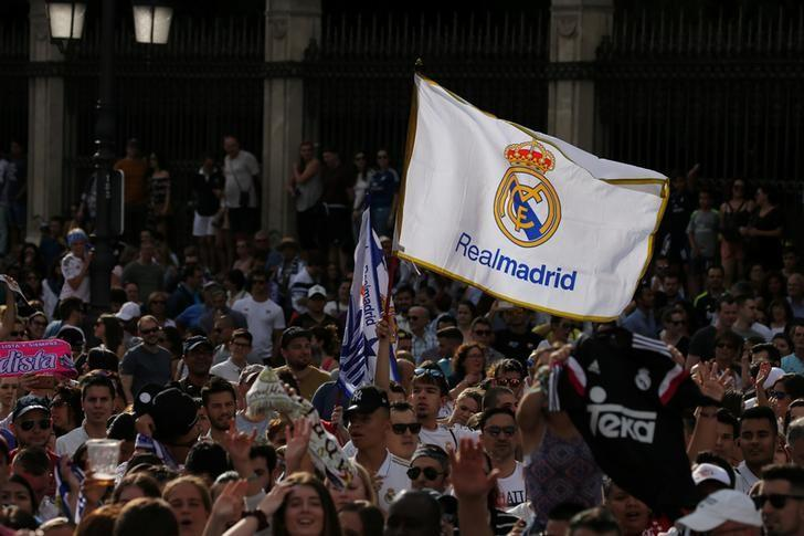 Football Soccer- UEFA Champions League final - Real Madrid fans celebrate after winning title - Madrid, Spain, 4/06/17 - Real Madrid's fans celebrate Champions League title at Cibeles square as they wait the arrival of the team. REUTERS/Sergio Perez