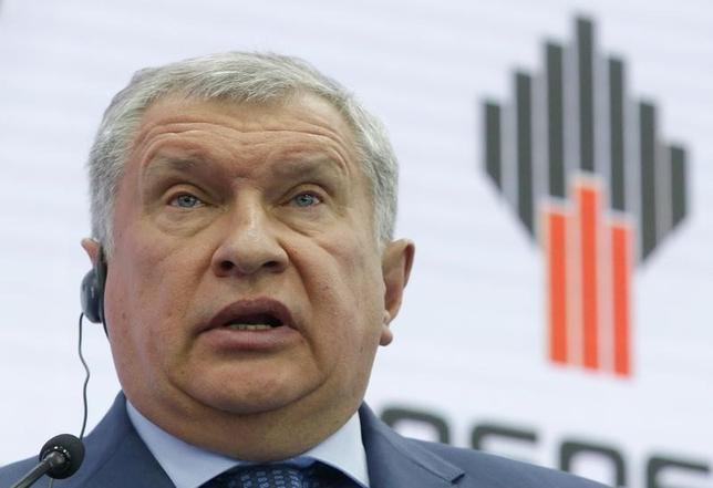 6月2日、ロシア国営石油大手ロスネフチのセチン社長は、サンクトペテルブルク国際経済フォーラムで、石油輸出国機構(OPEC)主導の協調減産は米シェールオイルの増産で無駄に終わる可能性があると述べた(2017年 ロイター/Sergei Karpukhin)