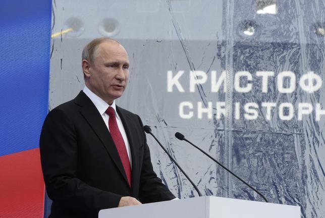 6月4日、ロシアのプーチン大統領は米NBCニュースの番組で、トランプ米大統領にとって不名誉になるような情報を握っているとの見方を強く否定した。写真はサンクトペテルブルクで3日撮影(2017年 ロイター)