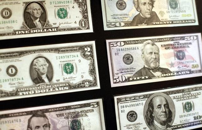 6月5日、正午のドル/円は、先週末ニューヨーク市場午後5時時点と比べ、ややドル高/円安の110.54/56円だった。2010年10月撮影(2017年 ロイター/Shannon Stapleton)