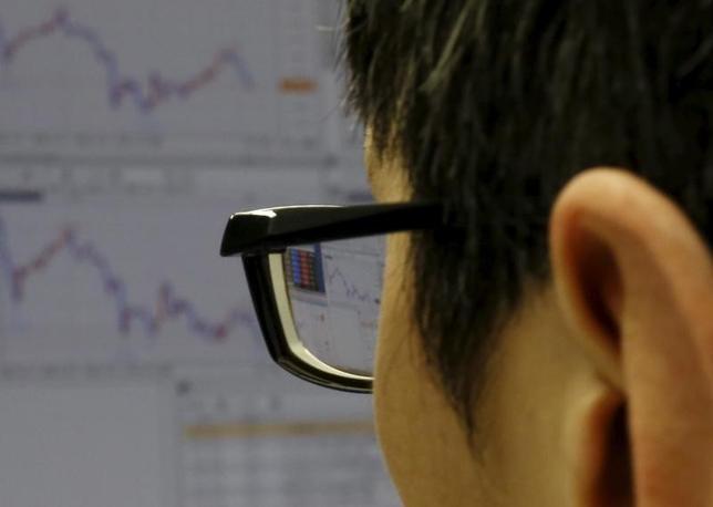 6月5日、日本株は海外株と比べて割安と言われる。予想PER(株価収益率)は米ダウが17倍、日経平均は14倍だ。2016年2月撮影(2017年 ロイター/Yuya Shino)