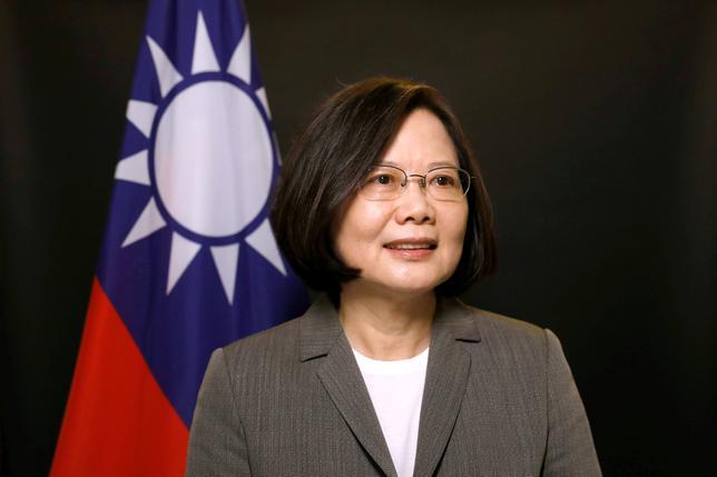 6月5日、中国の台湾政策を担当する国務院台湾事務弁公室の馬暁光報道官は、台湾の蔡英文総統が中国の民主化を支援すると表明したことについて、蔡氏率いる政党が推し進めた「価値観や考え方」が台湾の混乱を引き起こしたと指摘し、不快感を示した。写真はロイターのインタビューに応じる蔡総統。台北で2017年4月撮影(2017年 ロイター/Tyrone Siu)