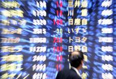 La Bourse de Tokyo a fini sur une note stable lundi, ce qui lui a permis de conforter le seuil des 20.000 points qu'elle a franchi vendredi pour la première fois depuis décembre 2015. L'indice Nikkei s'est replié de 6,46 points (-0,03%) à 20.170,82 points. /Photo d'archives/REUTERS/Yuriko Nakao