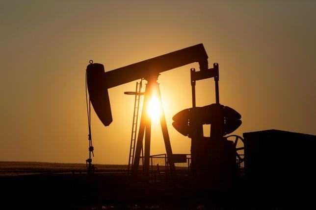 6月5日、取引で原油先物が1%超上昇している。サウジアラビアを含む4カ国のカタールとの断交や、石油輸出国機構(OPEC)の供給量の減少が市場のタイト化をもたらしているとの兆しが押し上げ要因となっている。カナダのカルガリー近郊で2014年撮影(2017年 ロイター/Todd Korol)